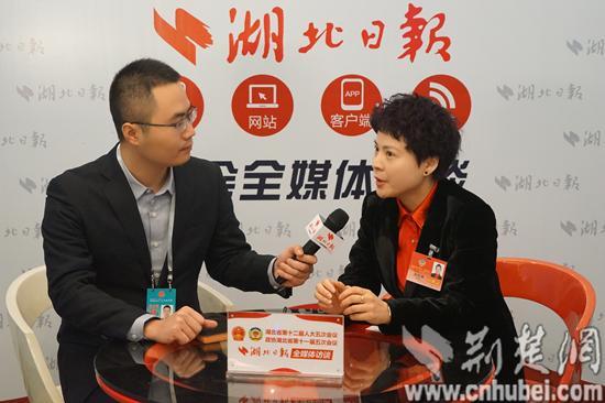 省政协委员吴思澜接受采访。记者 郭金富 摄