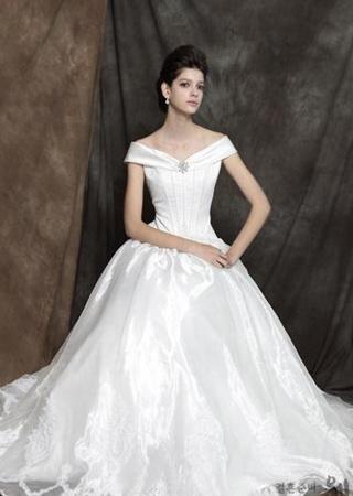 小拖尾婚纱适合什么人_拖尾婚纱适合什么人群婚纱礼服