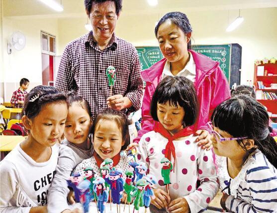 小学邀民间艺人到校教捏红军塑像 接受革命传统教育