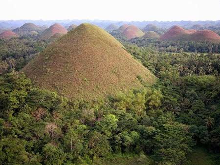 石灰岩风化、亚海洋火山的爆发,海床的隆升等多种假说.最新的一
