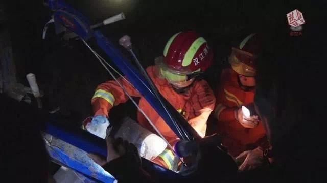 旋耕机机齿刺入老人腹部 潜江消防拆机器救人