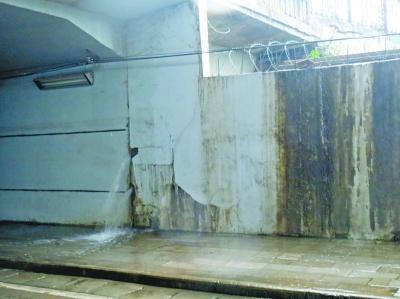 涵洞洞壁破损喷出水柱 居民们为安全问题担心