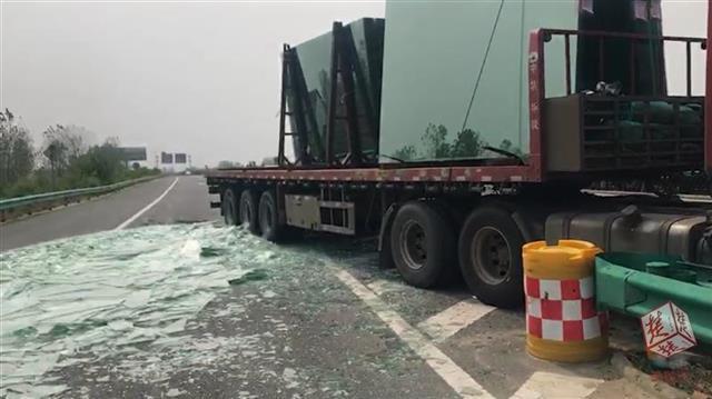 荆门高速上一货车发生变乱 20吨玻璃渣洒满公路