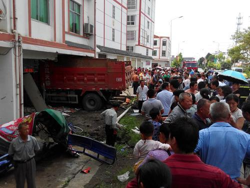 大货车连撞两车后冲入民房 事故致3人死亡(图)