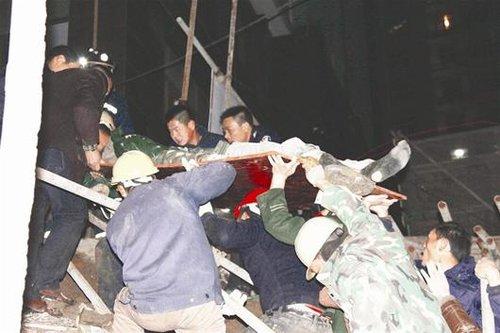 云梦一工地塌方掩埋4人致3死1伤 消防徒手营救