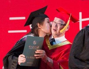 女大学生毕业典礼亲吻校长:圆满了