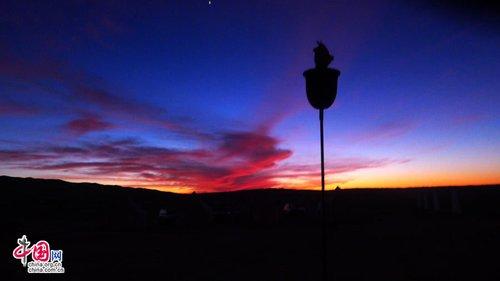 阳消失后,整个天空在瑰丽多彩的 摄   倚在藤椅上仰望天空,我才知