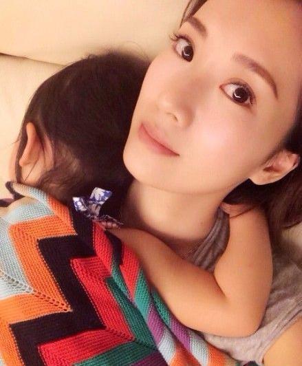 李念怀抱熟睡女儿母爱爆棚 素颜似少女(图)