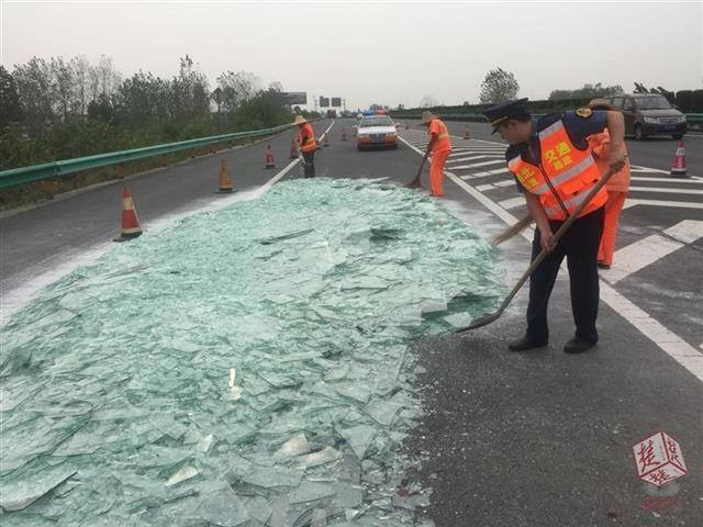 荆门高速上一货车孕育变乱 20吨玻璃渣洒满公路