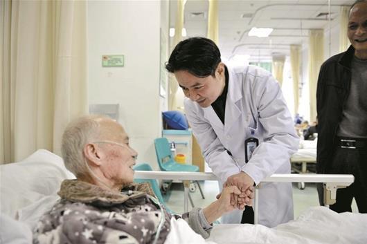 九旬爹爹焦躁不安 医务人员手术全程紧握老人的手