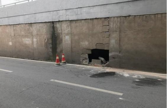 轿车失控撞上江汉一桥 引桥墙面被撞出一个大洞