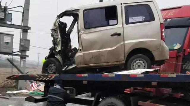 江西一面包车与蕲春籍半挂车相撞 致10人死亡