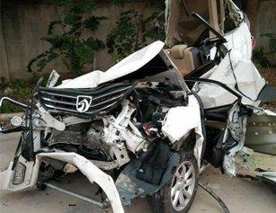 湖北一地发生惨烈车祸 小轿车被压变形司机身亡