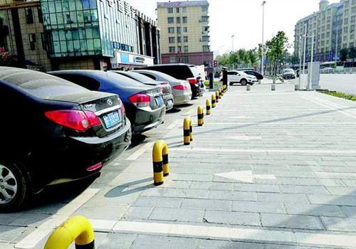 40多个公共停车位被焊上铁桩 居民停车遇难题