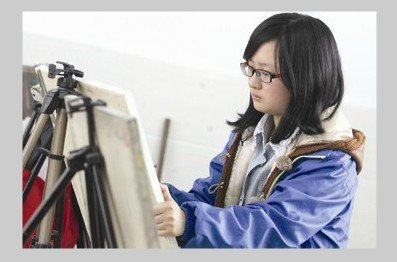图为周小涵在练习画画。