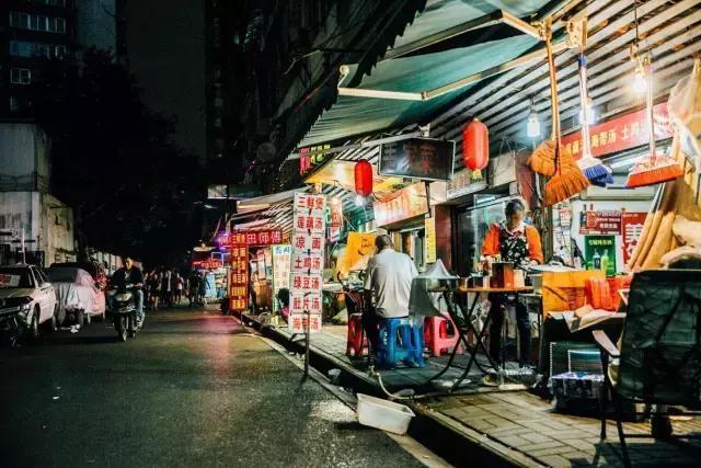 除此之外,它还是一条充满着烟火气息的美食街,藏着许多地道的老武汉图片