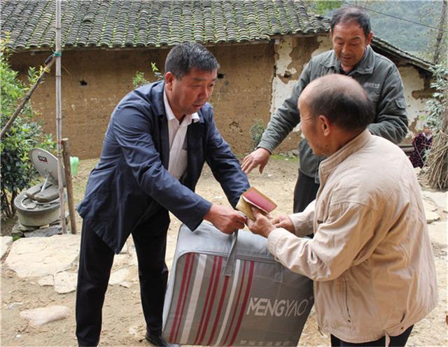 襄阳城管入户走访暖心人 党员齐心共扶贫