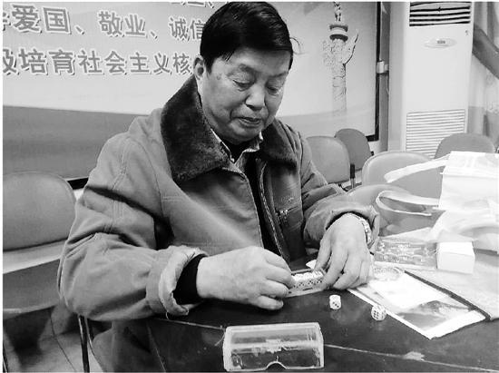 八旬浙大教授:爱跑小商品市场边变魔术边讲课