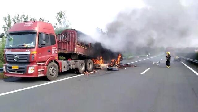 半挂车高速路上起火 30多吨新疆西瓜被烤得焦黑
