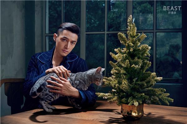 胡歌圣诞花式逗猫 变身优雅吸血鬼伯爵