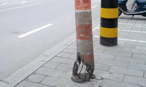 荆州一电线杆 悬空 立于马路边 仅剩几根钢筋