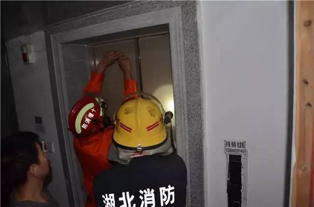 """郧西一小区突然停电 两部电梯""""停摆""""3人被困"""