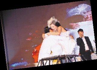 52岁邓建国迎娶19岁女友 承认:为爱情又为炒作