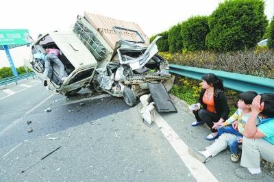 """高速上轿车被撞成""""麻花"""" 一家三口死里逃生"""