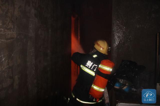 荆门一出租房突发大火 所幸并无人员伤亡