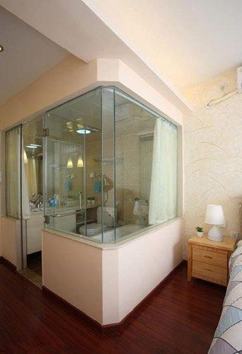 主卧室里的卫生间大胆采用的是玻璃门窗图片