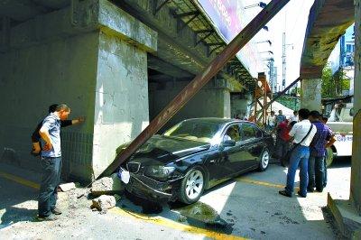宝马车避让电动车 撞进汉西铁路涵洞限高架
