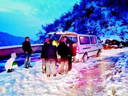 大雪夜孕妇破水 寒夜冰雪中警医联手救助待产女子