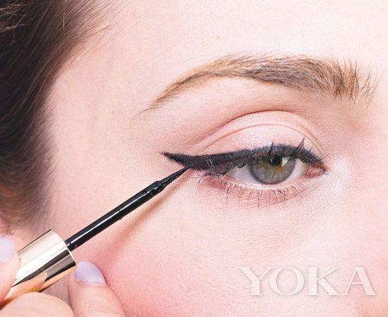 为了增加眼睛黑白分明和明亮的感觉,取一点提亮的眼影色涂在内眼角的