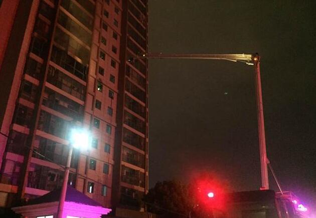 业主点蚊香外出家中失火 邻居见浓烟坐电梯逃命