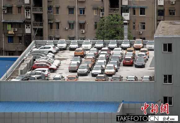 """宜昌50余辆汽车停楼顶 4S店顶层变身""""停车场"""""""