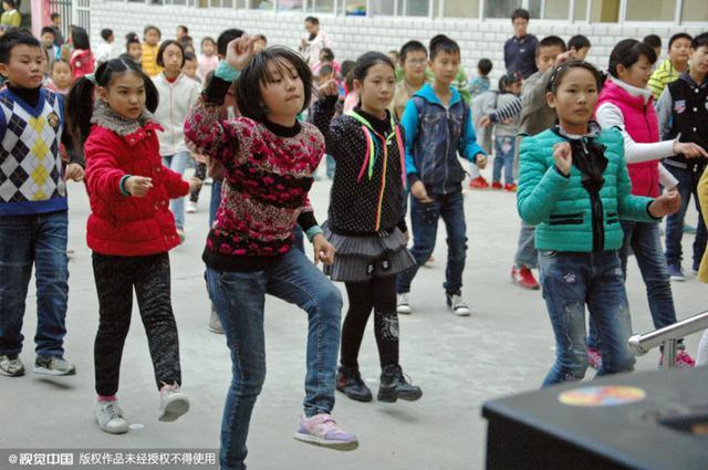 操小学生小屄_湖北襄阳春园路小学将广场舞纳入学校的校本教材,课间操时间学生不仅