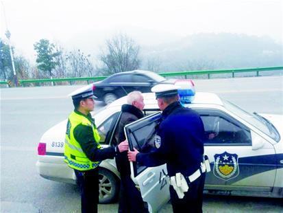 七旬老人摔懵 民警紧急救助送治疗 图片由警方提供