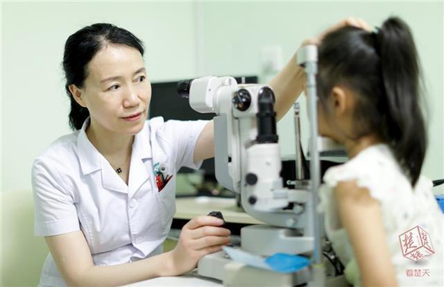 险!铅笔戳进眼睛 鄂州一名3岁女童右眼险失明