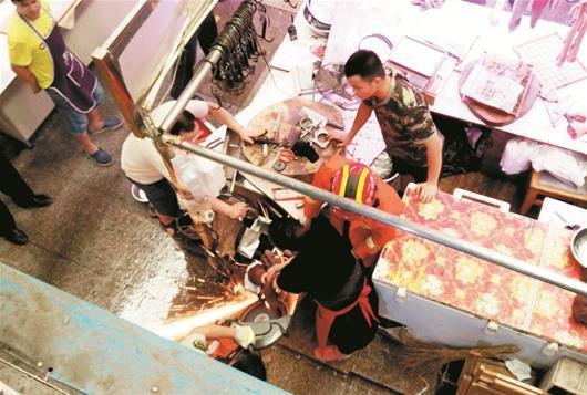 女子清洗绞肉机时手指被卡 消防锯开机器救人