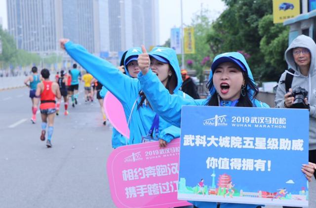 """高校组织235名""""蓝精灵""""志愿者助力马拉松"""