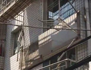 武汉男子花35万买房 还没入住阳台垮了