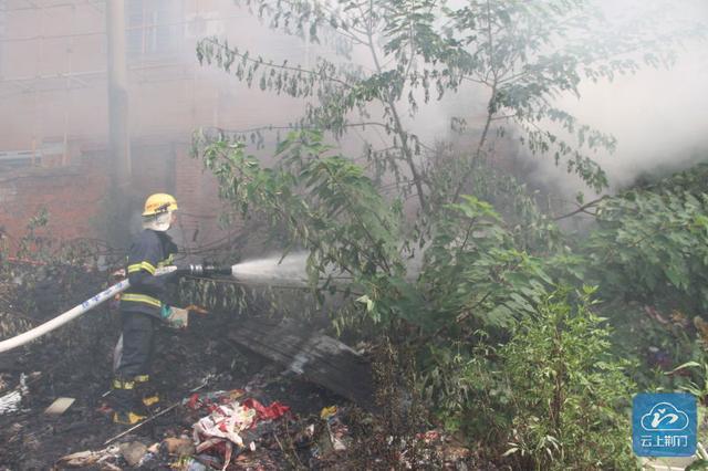 荆门一垃圾堆起火危急居民楼 消防紧急出动