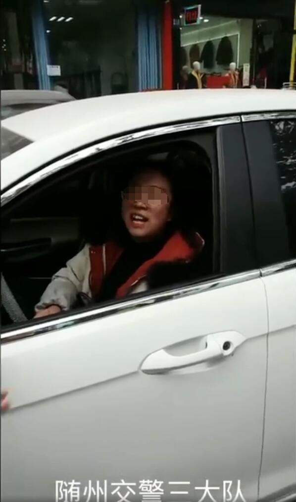 随州女司机为逃违停处罚挡车牌 被扣12分
