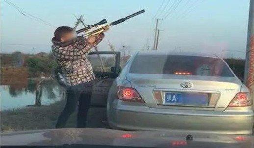 男子在仙桃非法持枪打猎 打猎视频被广泛传播