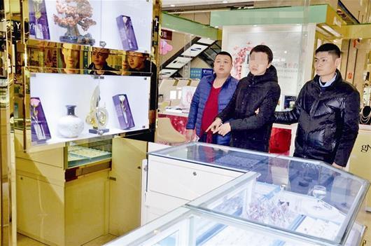 男子潜伏商场厕所4个小时 夜盗40万元珠宝(图)
