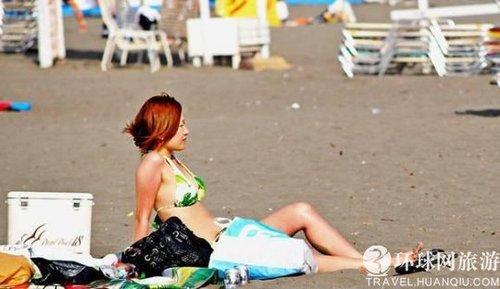 日本海滩上的泳装美女