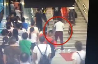 行李箱滚下楼梯冲向人群 站务员瞬间抱起小女孩