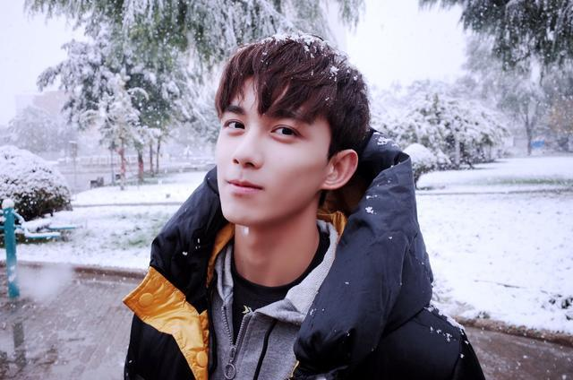 吴磊带着初雪蹿上了热搜 小哥哥暖心问候苏哭了