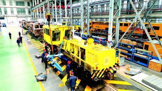 图文:襄阳产大型铁路养路机首销东南亚市场