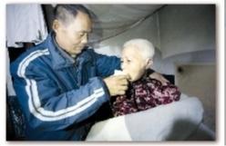 情义汉子照料三瘫痪至亲十载 用爱守护一个家